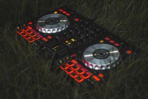 DJ controller in het gras