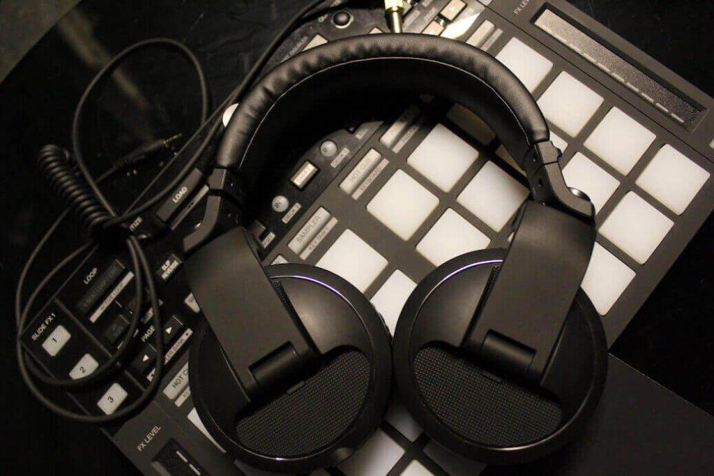 Een Pioneer HDJ X5 koptelefoon op een drumpad