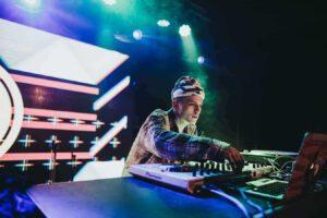 Een DJ die draait op een dj controller