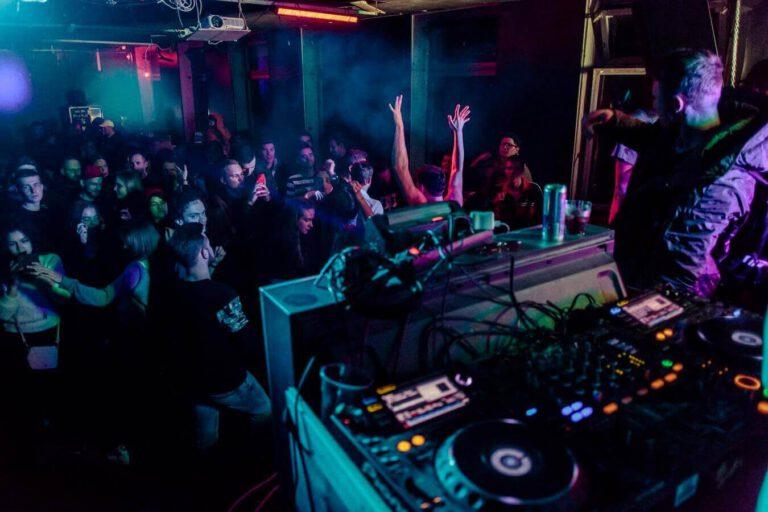DJ die draait voor een groot publiek