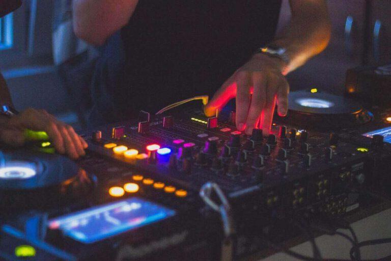 DJ aan het draaien op een Pioneer set